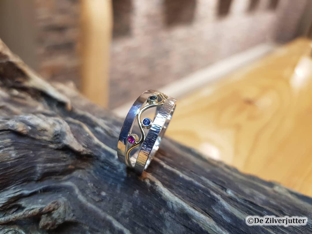 De zilverjutter - Unieke zilveren ring met saffies, robijn en spinel