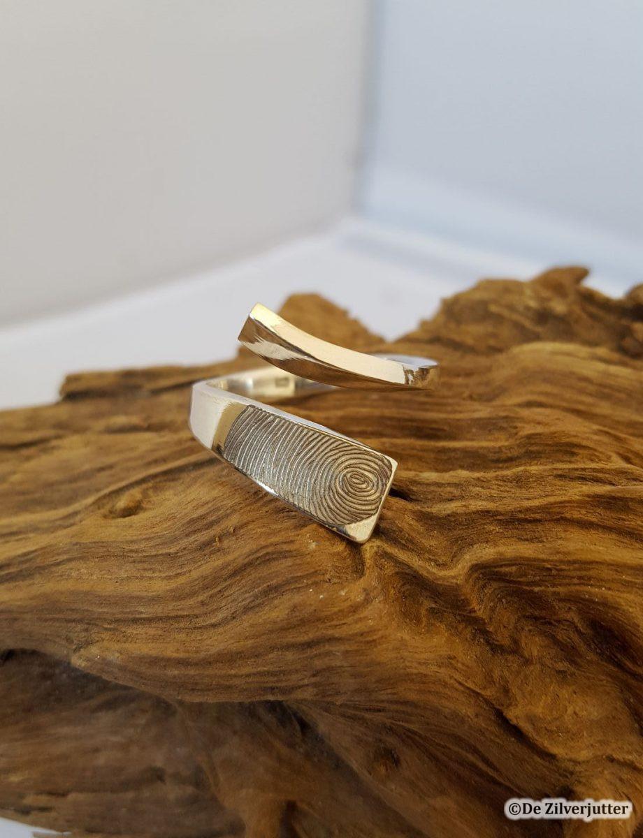 Gouden ring met vingerafdruk gegraveerd
