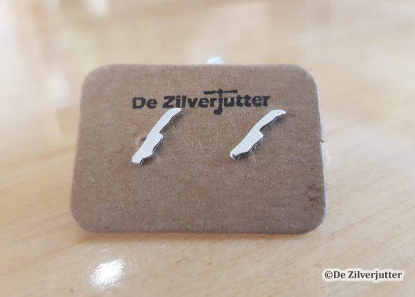 Zilveren oorstekers met de contour van Vlieland