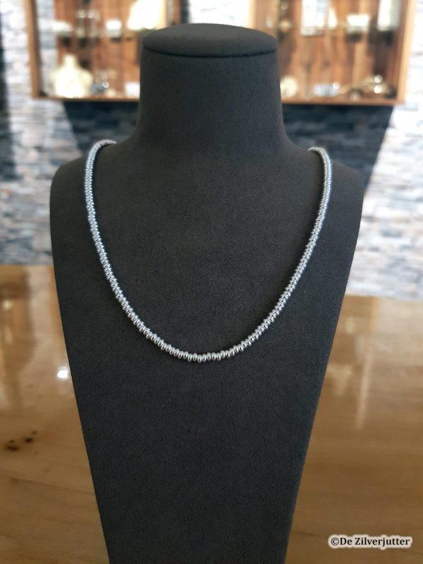 Triangel - Collier van zilveren kralen bij De Zilverjutter op Vlieland