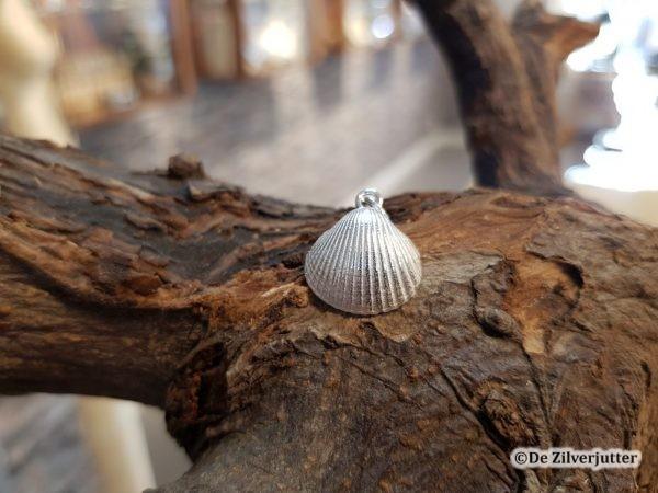 Zilveren kokkel hanger (Medium)